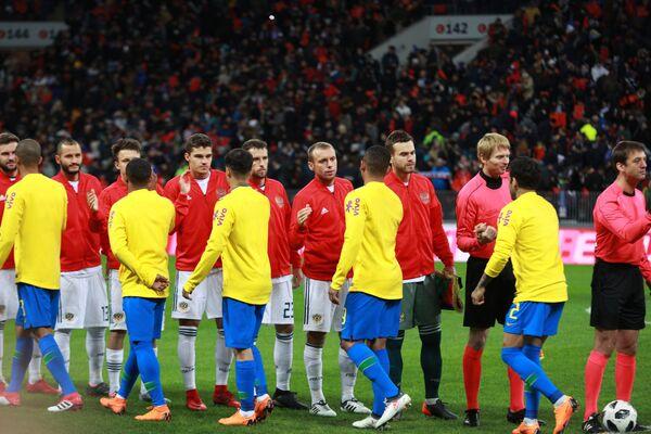 Футболисты сборных России и Бразилии