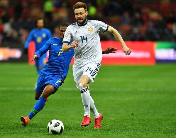 Защитник сборной России Владимир Гранат (справа) и хавбек сборной Бразилии Дуглас Коста
