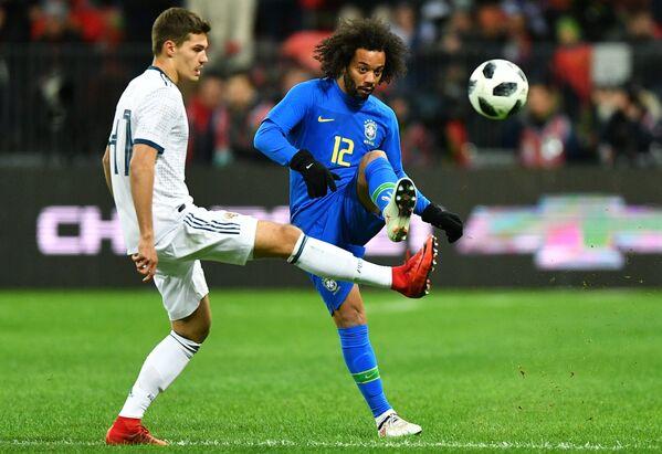 Хавбек сборной России Роман Зобнин (слева) и защитник сборной Бразилии Марсело