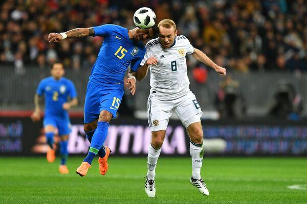 Хавбек сборной Бразилии Паулиньо (слева) и полузащитник сборной России Денис Глушаков