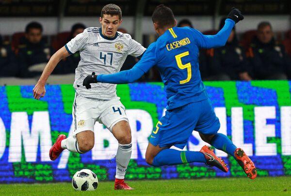 Хавбек сборной России Роман Зобнин (слева) и полузащитник сборной Бразилии Каземиро