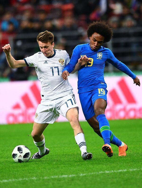 Хавбек сборной России Александр Головин (слева) и полузащитник сборной Бразилии Виллиан