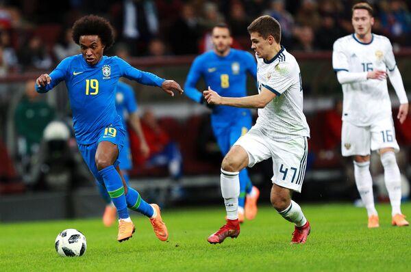 Хавбек сборной Бразилии Виллиан (слева) и полузащитник сборной России Роман Зобнин