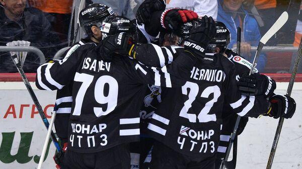 Хоккеисты Трактора радуются забитой шайбе