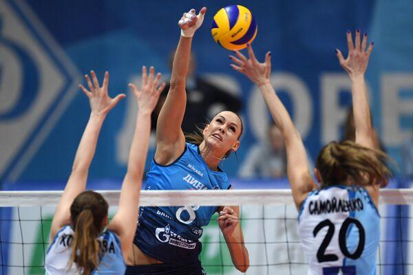 Игрок ВК Динамо Наталия Гончарова (в центре)