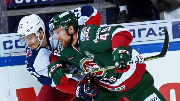 Игрок ПХК ЦСКА Алексей Марченко (слева) и игрок ХК Ак Барс Роб Клинкхаммер