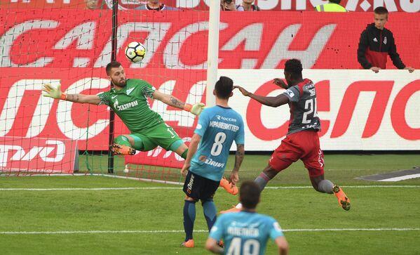 Нападающий ФК Локомотив Эдер (справа) забивает мяч в ворота голкипера ФК Зенит Юрия Лодыгина (слева)