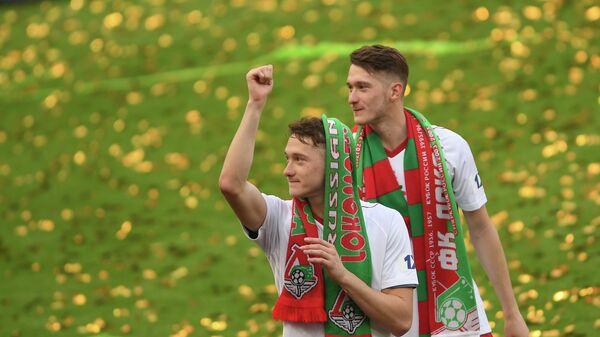 Игроки ФК Локомотив Антон (слева) и Алексей Миранчуки