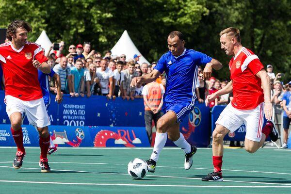 Игроки сборной легенд футбола России Дмитрий Сенников (слева), Андрей Тихонов (справа) и игрок сборной легенд футбола ФИФА Кафу (в центре)