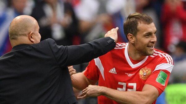 Главный тренер сборной России Станислав Черчесов и Артем Дзюба  радуются забитому мячу (слева направо)