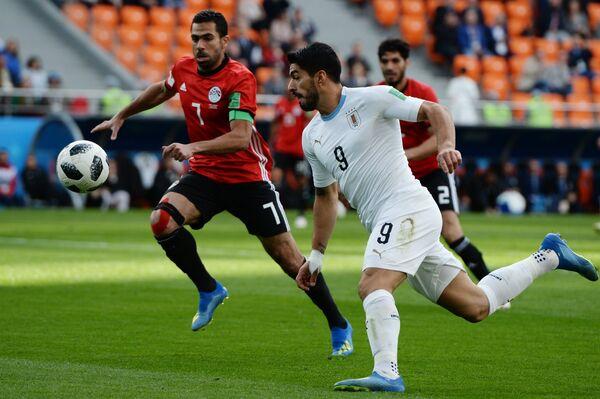 Слева направо: Ахмед Фатхи (Египет) и Луис Суарес (Уругвай)