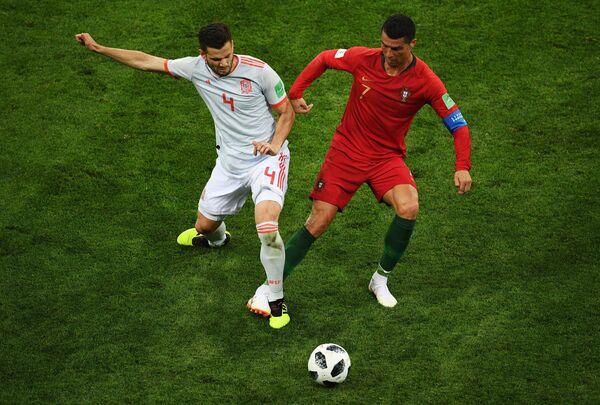 Защитник сборной Испании Начо и форвард сборной Португалии Криштиану Роналду (слева направо)