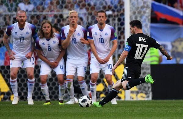 Форвард сборной Аргентины Лионель Месси и футболисты сборной Исландии Гилфи Сигурдссон, Хёрдур Магнуссон, Биркир Бьярнасон и Арон Гуннарссон (справа налево)
