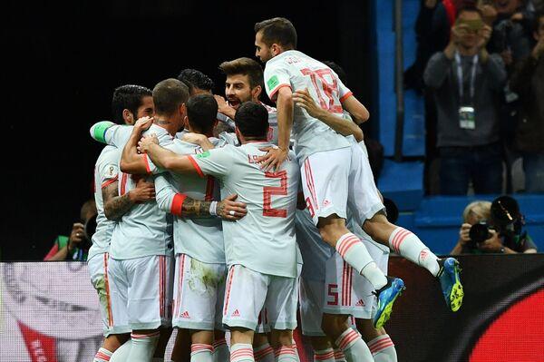 Футболисты сборной Испании радуются забитому голу
