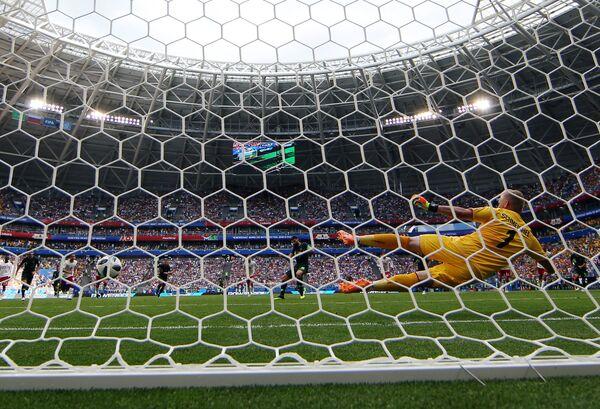 Вратарь сборной Дании Каспер Шмейхель (справа) пропускает мяч в свои ворота от Миле Единака
