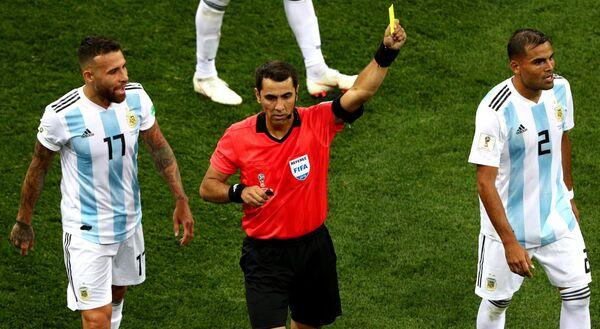 Защитник сборной Аргентины Николас Отаменди, главный судья матча Равшан Ирматов и защитник сборной Аргентины Габриэль Меркадо (слева направо)