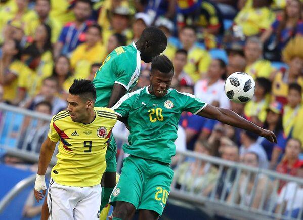 Форвард сборной Колумбии Радамель Фалькао и нападающий сборной Сенегала Кейта Бальде (слева направо)