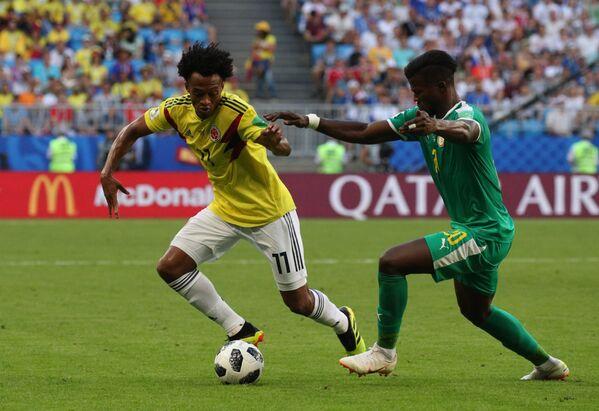 Хавбек сборной Колумбии Хуан Куадрадо и форвард сборной Сенегала Кейта Бальде (слева направо)
