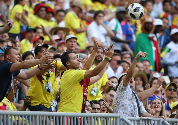 Болельщики сборной Колумбии ловят мяч