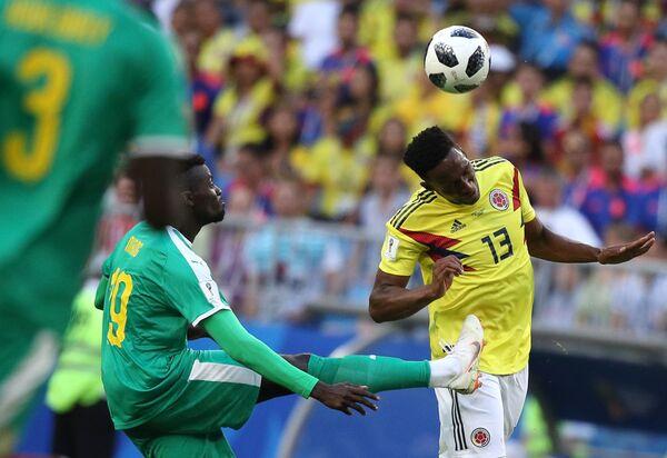 Форвард сборной Сенегала М'бай Ньянг и защитник сборной Колумбии Йерри Мина (слева направо)