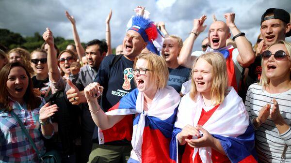 Болельщики во время встречи со сборной России по футболу в фан-зоне на Воробьевых горах в Москве