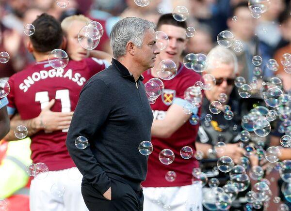 Главный тренер Манчестер Юнайтед Жозе Моуринью на фоне радующихся футболистов Вест Хэма