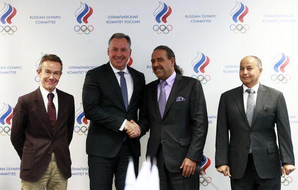 Глава Олимпийского комитета России (ОКР) Станислав Поздняков (второй слева) после подписания соглашения между Олимпийской солидарностью с Международным олимпийским комитетом (МОК)
