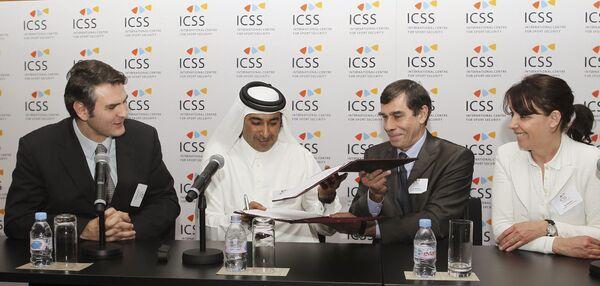 Президент ICSS Мохаммед Ханзаб и персонал факультета Университета Париж 1 Пантеон-Сорбонна