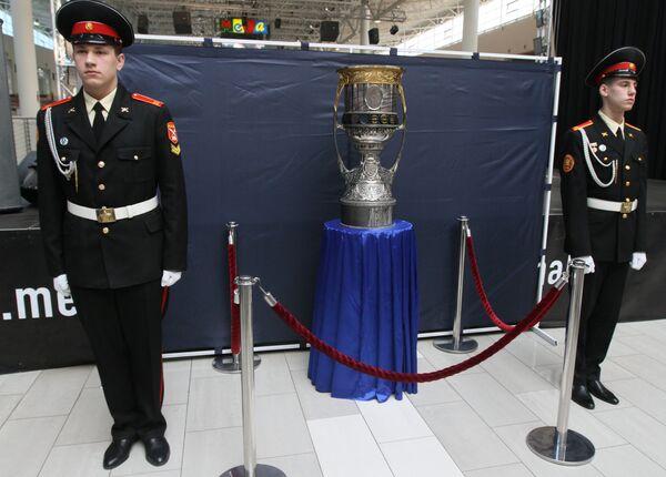 Кубок Гагарина выставлен на обозрение в Омске