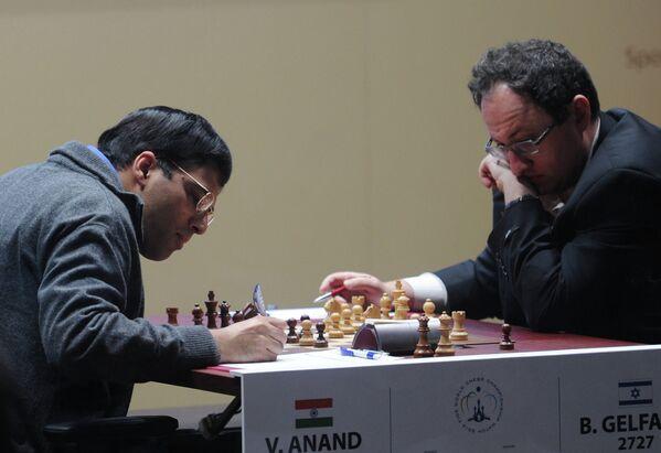 Вишванатан Ананд (слева) и израильтянин Борис Гельфанд