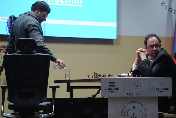 Индиец Вишванатан Ананд (слева) и израильтянин Борис Гельфанд