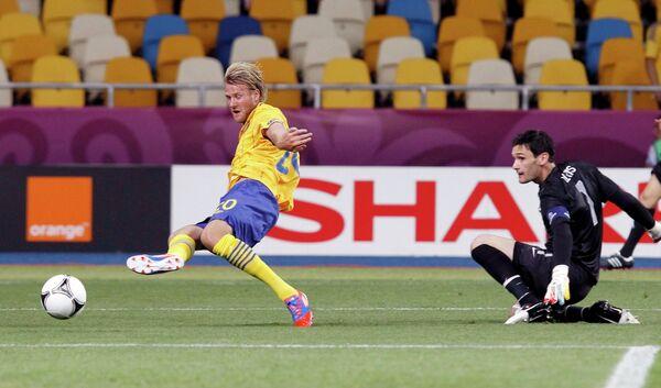 Ola Toivonen (left) fails to score
