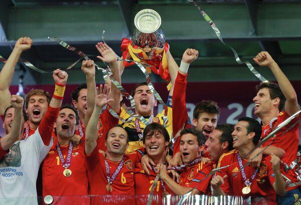 Игроки сборной Испании с кубком