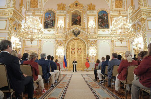 Владимир Путин (в центре на дальнем плане)