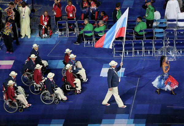 Знаменосец Паралимпийской сборной России Алексей Ашапатов