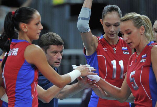 Российские волейболистки и Сергей Овчинников (в центре)
