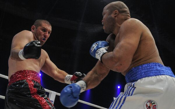 Магомед Абдусаламов (слева) и американский боксер Джамиль МакКлайн