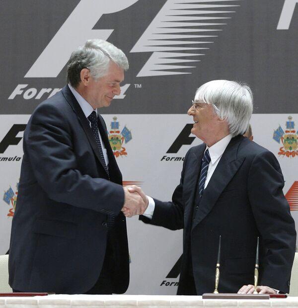 Бернард Экклстоун (справа)