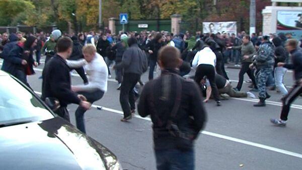 Фанаты Торпедо и Динамо дерутся  стенка на стенку у стадиона в Москве