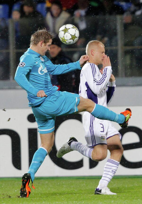 Игрок футбольного клуба Зенит Томаш Губочан и игрок Андерлехта Оливье Дешахт (слева направо)