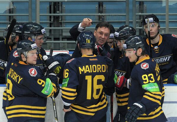Главный тренер Атланта Сергей Светлов (в центре на втором плане)