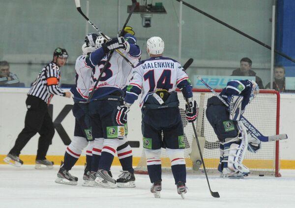 Игроки ХК Торпедо (Нижний Новгород) (на первом плане)