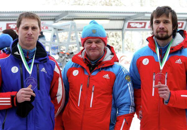 Спортсмены Сергей Чудинов (слева), Александр Третьяков (справа) и главный тренер сборной России по скелетону Вилли Шнайдер (в центре)