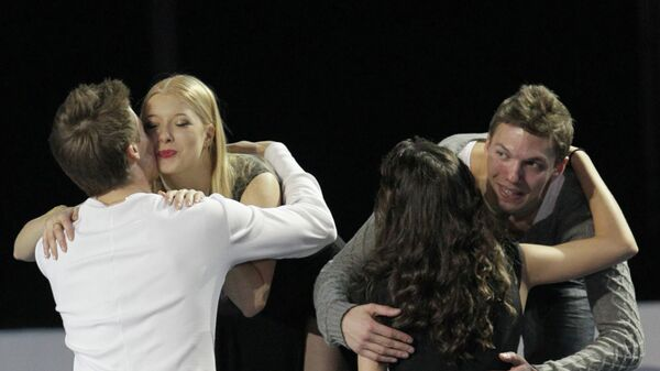 Слева направо: россияне Никита Кацалапов и Елена Ильиных, занявшие второе место (на первом плане) и россияне Екатерина Боброва и Дмитрий Соловьев, занявшие первое место (на втором плане).