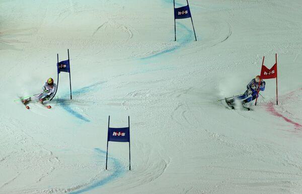Спортсмены во время спуска