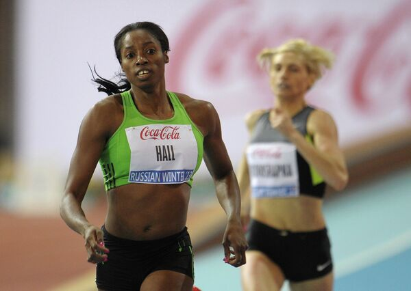 Ямайская спортсменка Патрисия Холл (слева)