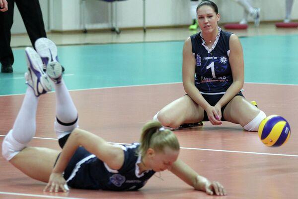 Игроки Динамо-Казань Ольга Хржановская (на первом плане) и Мария Бородакова