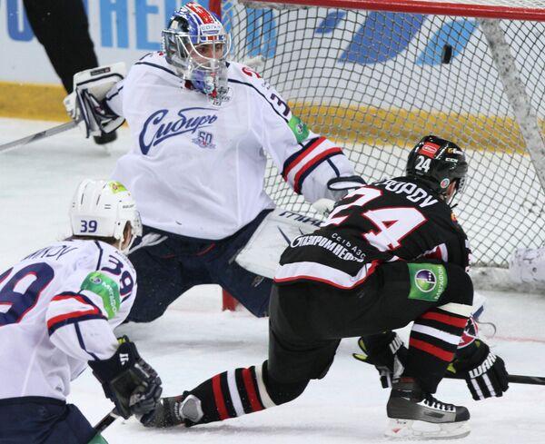 Игровой момент матча Авангард - Сибирь