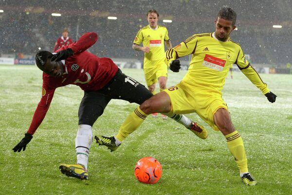 Игровой момент матча Ганновер - Анжи в Лиге Европы. Мехди Карсела-Гонсалес