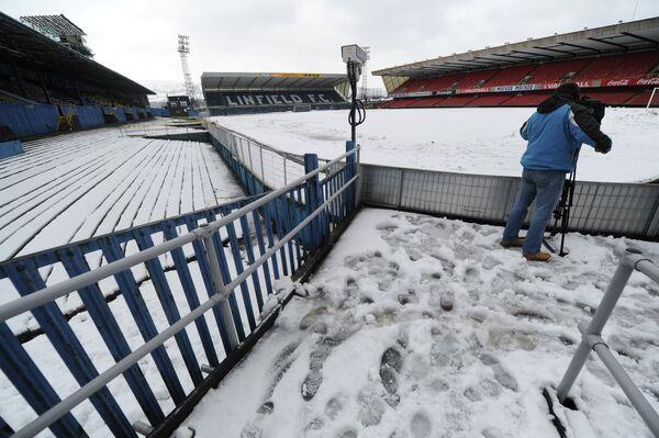 Занесенный снегом стадион Виндзор парк в Белфасте
